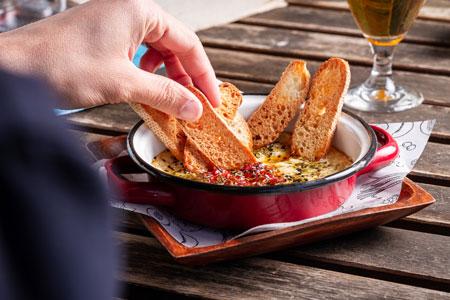 Cazuelita de provolone con manzana al horno y tostaditas